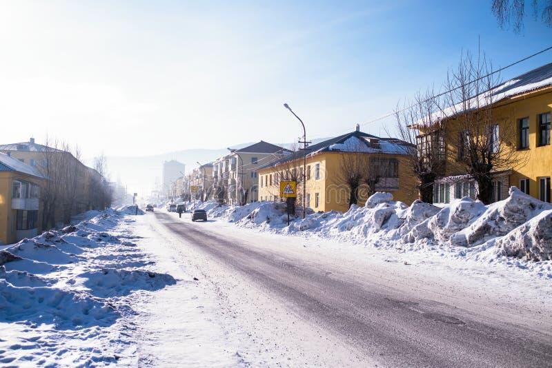 Vista de uma das ruas do urbano-tipo pagamento de Sheregesh na montanha Shoria, Sibéria fotos de stock royalty free