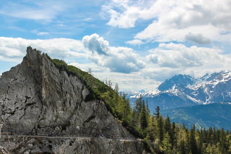 Vista de uma estrada zigzaging da montanha que conduz à caverna de gelo Eisriesenwelt do eisriesenwelt em Áustria fotos de stock