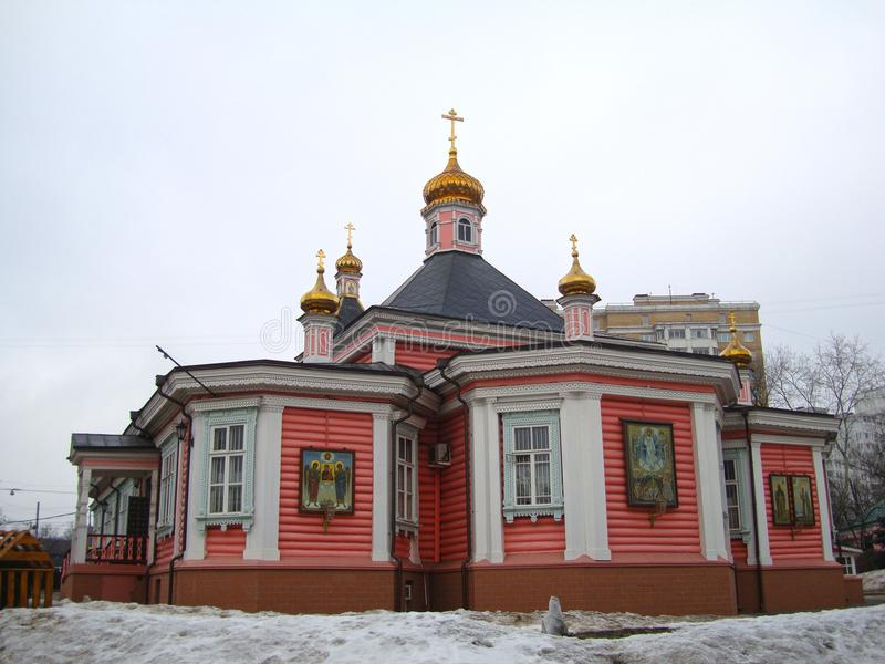 Vista de uma igreja de madeira em Moscou fotos de stock