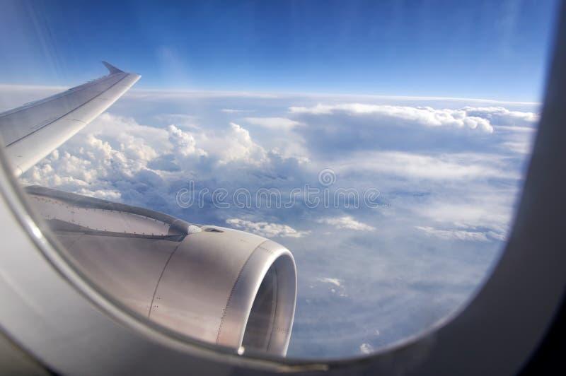 Vista de uma janela do avião de passageiros foto de stock