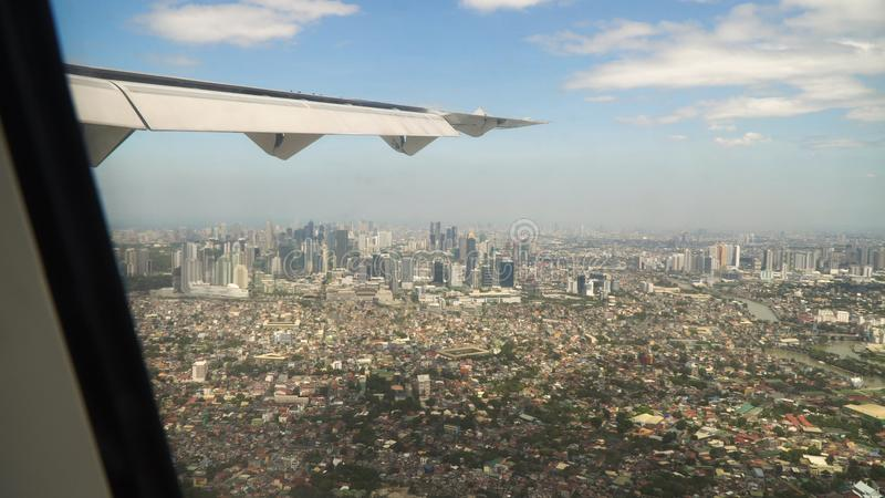 Vista de uma janela do avião Manila, Filipinas fotografia de stock royalty free