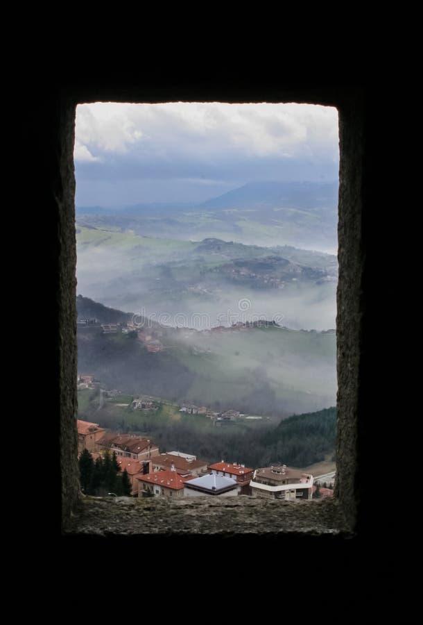 Vista de uma janela do castelo a um vale pitoresco fotos de stock royalty free