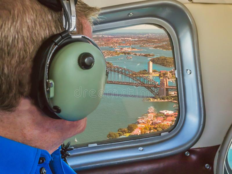 Vista de uma janela do plano de mar fotos de stock