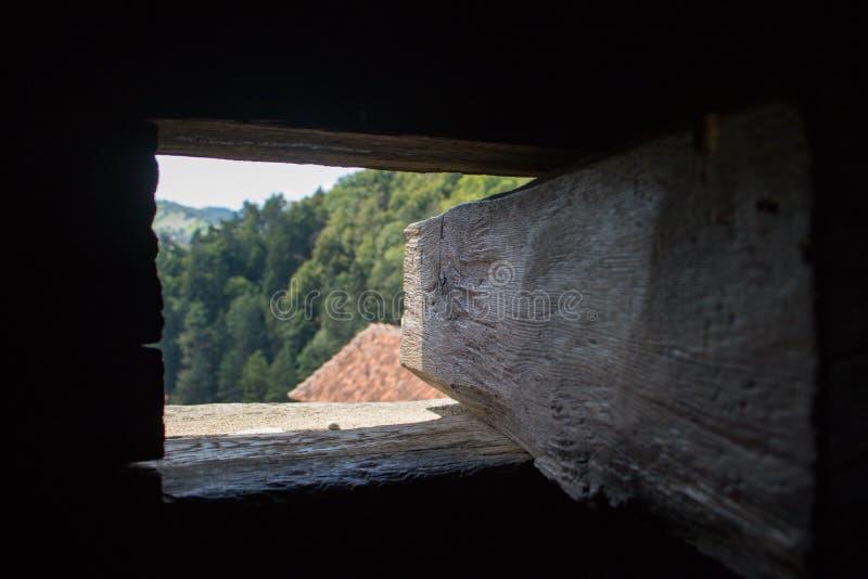 Vista de uma janela no castelo do farelo, Romênia fotos de stock royalty free