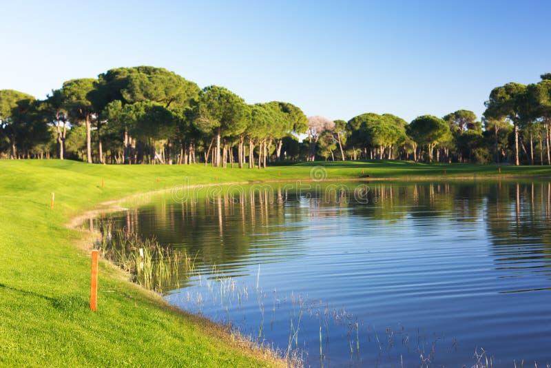 Vista de uma lagoa em um campo de golfe imagens de stock