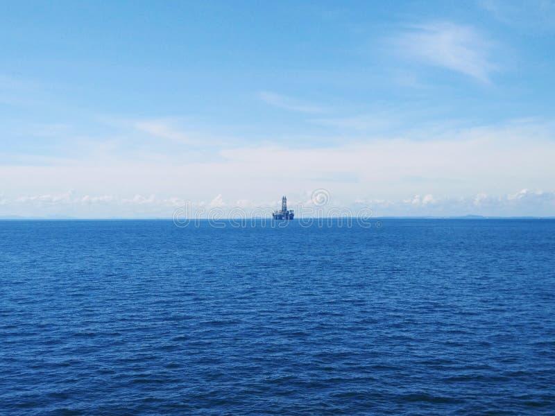 Vista de uma plataforma de perfuração ao largo em mar aberto Uma plataforma de perfuração é um sistema integrado que perfura óleo foto de stock royalty free