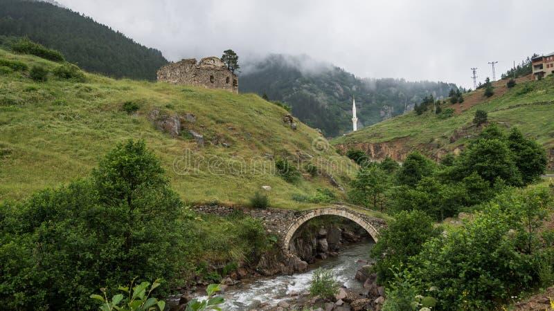 Vista de uma ponte do arco com o minarete na igreja grega velha Giresun - Turquia fotos de stock royalty free