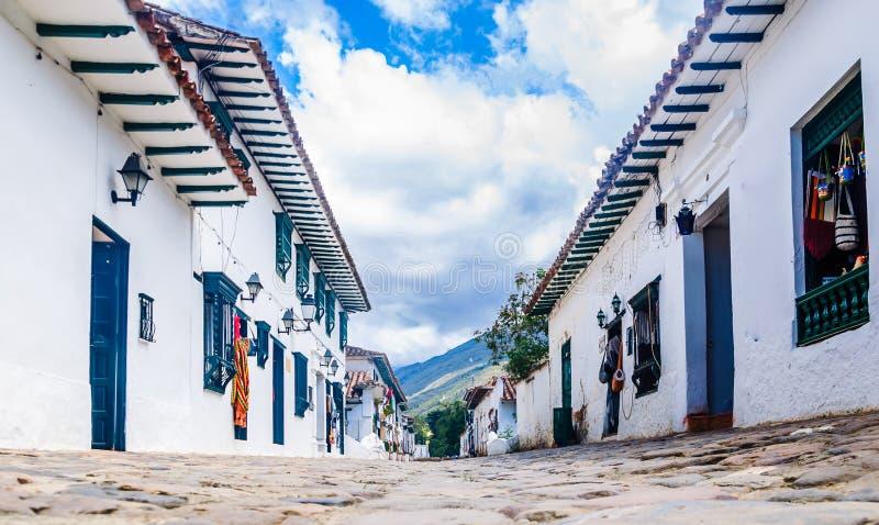 Vista de uma rua cobbled na cidade colonial Casa de campo de Leyva, Colômbia foto de stock royalty free