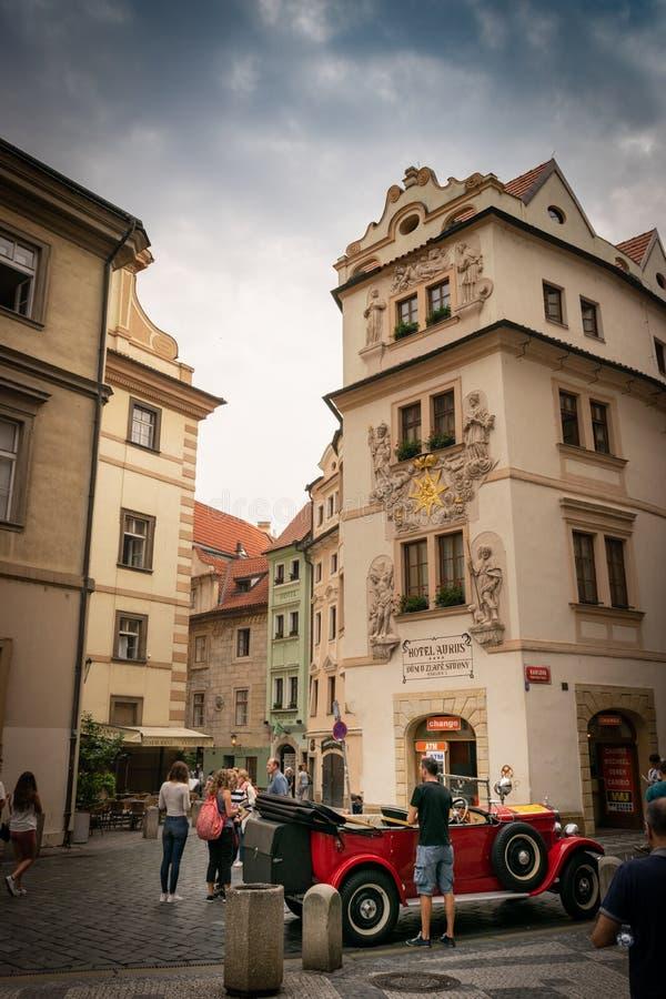 Vista de uma rua em Praga imagem de stock