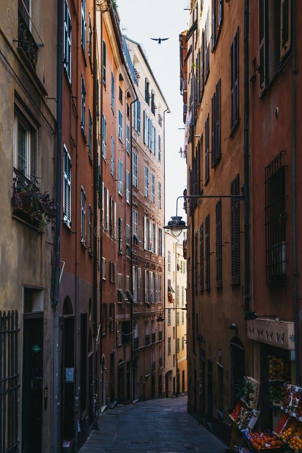 Vista de uma rua estreita de Genoa, Itália fotografia de stock royalty free