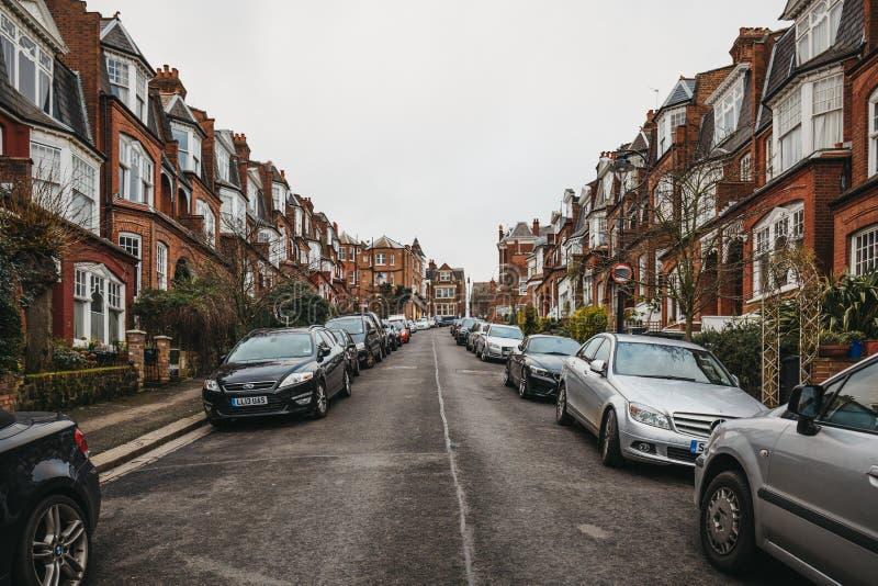 Vista de uma rua residencial no monte de Muswell, Londres, Reino Unido fotos de stock