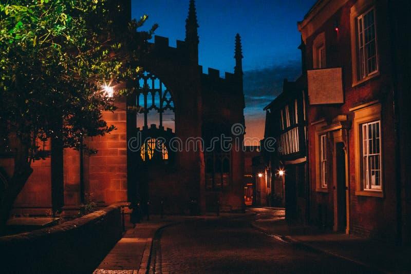 Vista de uma rua velha da cidade imagem de stock