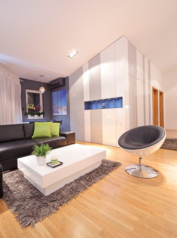 Vista de uma sala de visitas no apartamento imagens de stock