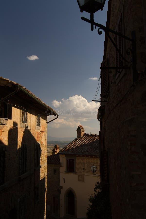 Vista de uma vila italiana velha típica imagens de stock royalty free