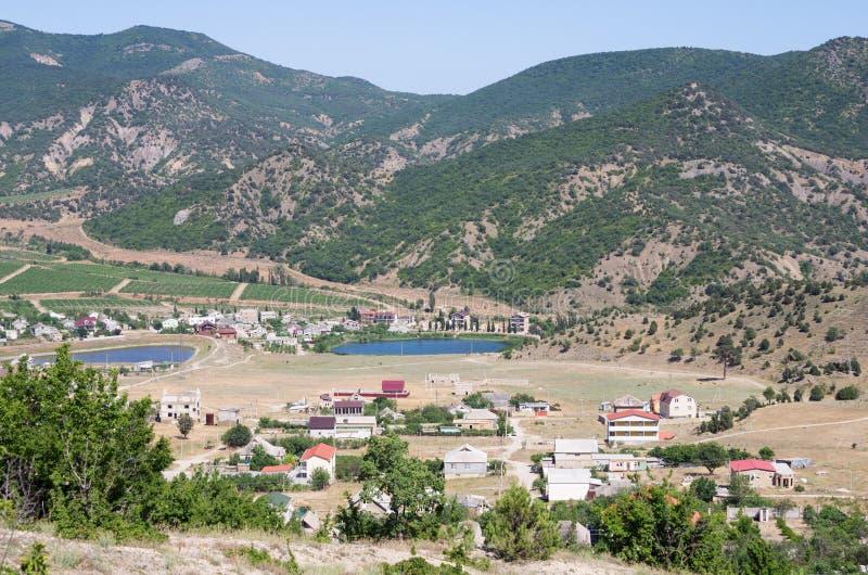 Vista de un acuerdo en un valle de la montaña: casas, dependencias, viñedos imagen de archivo libre de regalías