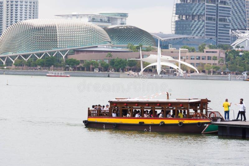 Vista de un barco turístico y de una explanada, Singapur, el 15 de diciembre de 2017 imagen de archivo libre de regalías