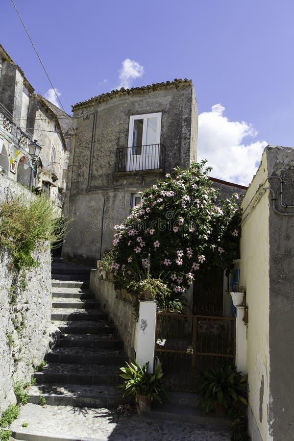 Vista de un callejón en la ciudad vieja de Amantea imagen de archivo