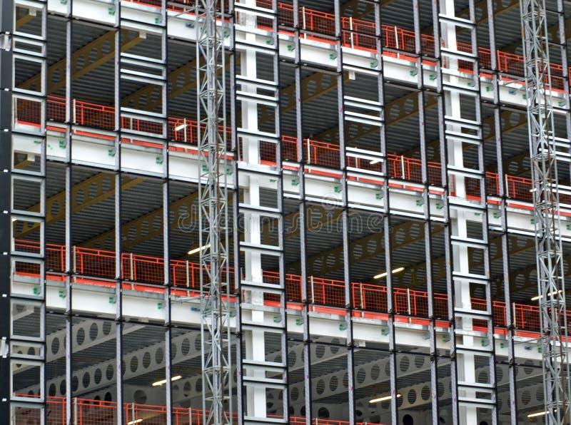 Vista de un desarrollo constructivo grande debajo de la construcción con el marco de acero y de vigas que apoyan los pisos y los  imagen de archivo libre de regalías