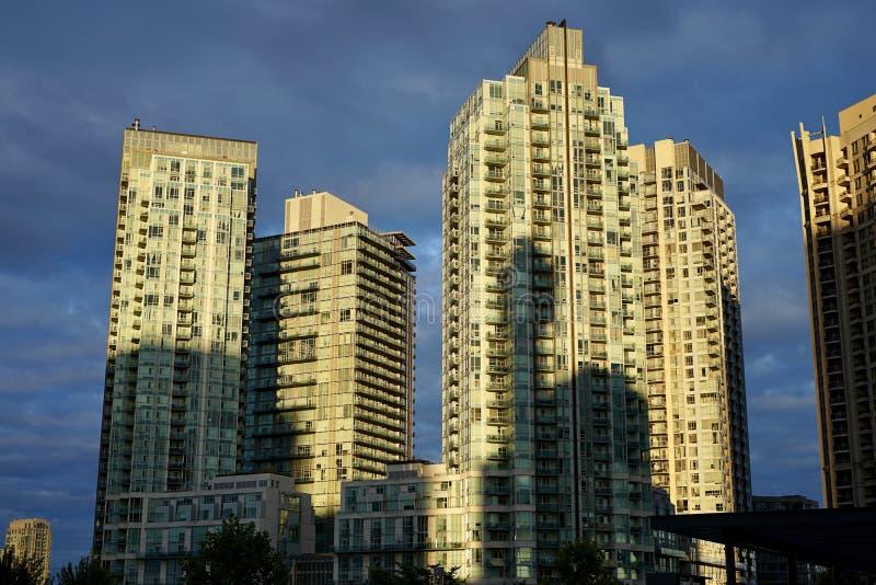 Vista de un edificio agradable y una sombra de un edificio adyacente imágenes de archivo libres de regalías