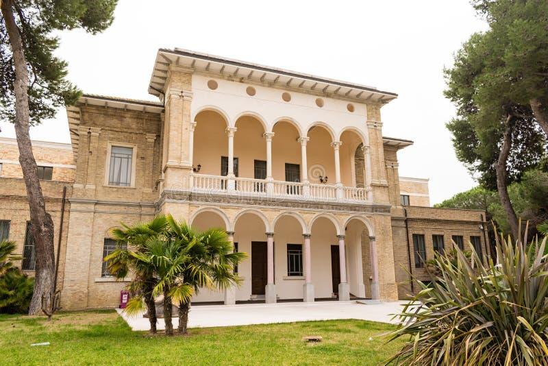 Vista de un edificio histórico del estilo de la libertad Pescara Abruzos AIE imagen de archivo libre de regalías
