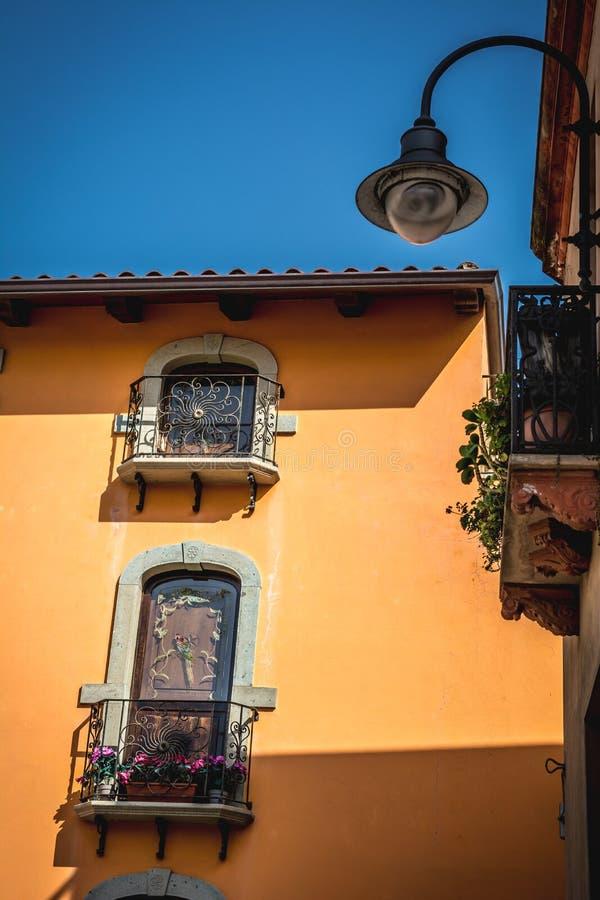 Vista de un edificio histórico viejo en Cerdeña, Italia fotos de archivo libres de regalías