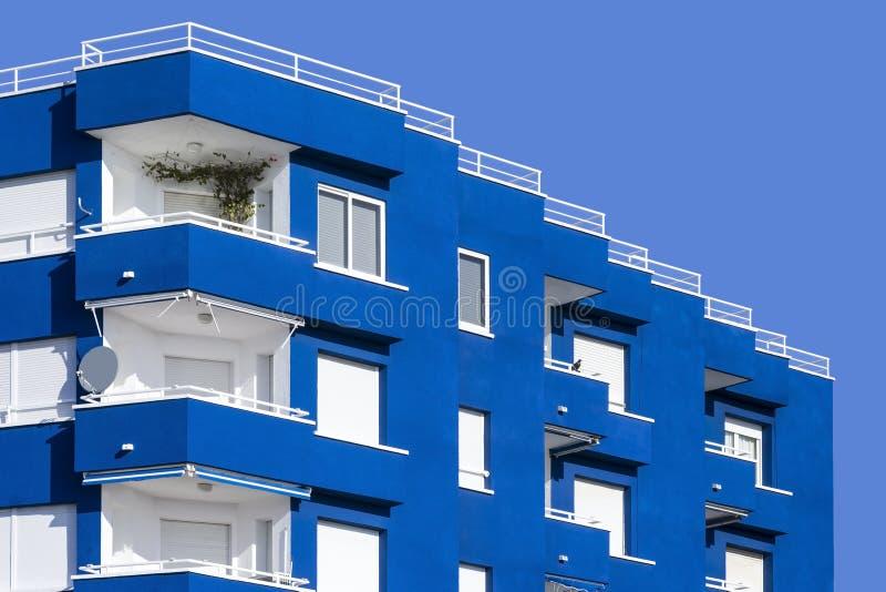 Vista de un edificio moderno con los balcones foto de archivo libre de regalías