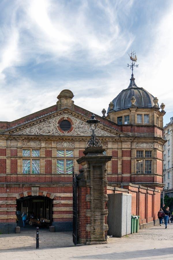 Vista de un edificio viejo convertido en tiendas en Bristol el 13 de mayo de 2019 Gente no identificada imagenes de archivo