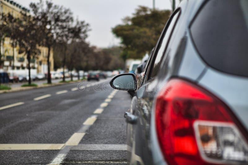 Vista de un espejo de coche imagen de archivo libre de regalías