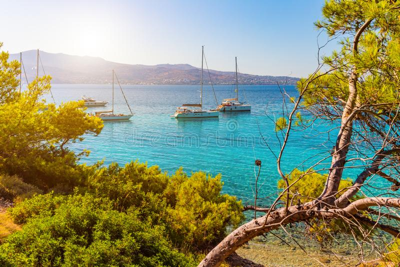 Vista de un mar Mediterráneo esmeralda y transparente con los yates imagen de archivo libre de regalías