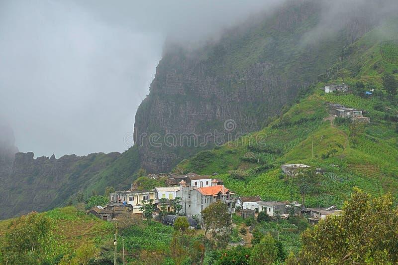 Vista de un pequeño pueblo en las montañas de Santiago, Cabo Verde imagen de archivo