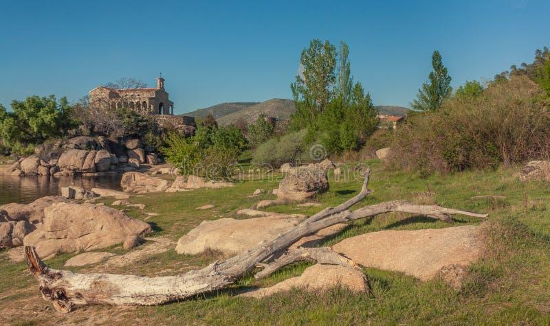 Vista de un prado con la iglesia de piedra imagenes de archivo