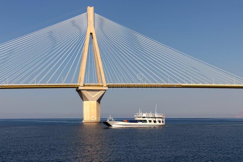 Vista de un puente moderno y de un transbordador flotante fotos de archivo