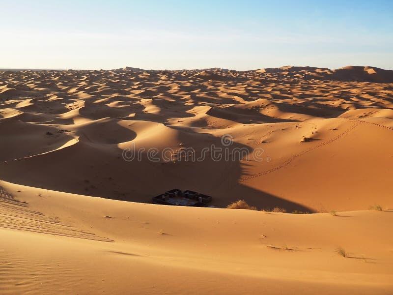 Vista de un sitio para acampar en Sahara Desert fotos de archivo libres de regalías