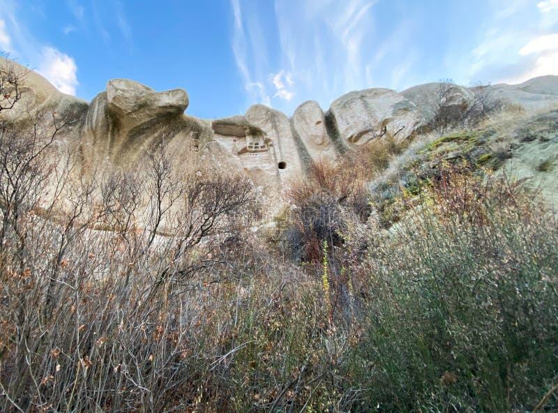 Vista de un valle lleno de antiguas formaciones rocosas Cielo azul, nubes blancas Paisaje Cappadocia, Turquía, 5 de noviembre de  fotos de archivo