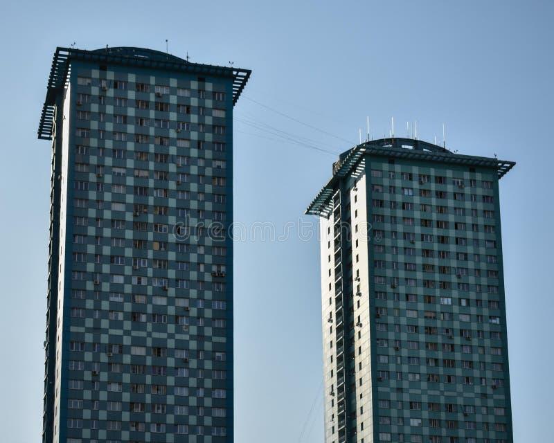 Vista de una alta construcción de viviendas moderna con el cielo azul en el fondo imagen de archivo