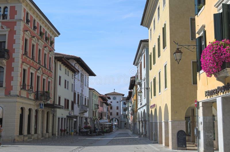 Vista de una calle vieja medieval, Spilimbergo, Italia fotografía de archivo