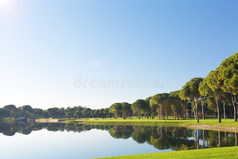 Vista de una charca en un campo de golf imagen de archivo