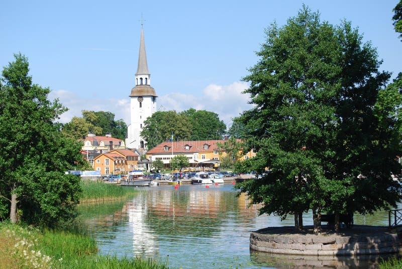 Vista de una ciudad de la orilla del agua imagenes de archivo