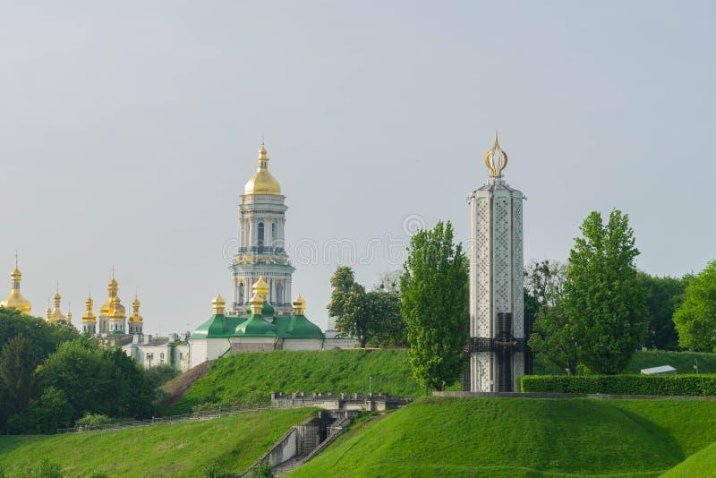 Vista de una ciudad hermosa grande en la madrugada kiev ucrania Vista de la trinidad - Pechersk Lavra fotos de archivo libres de regalías