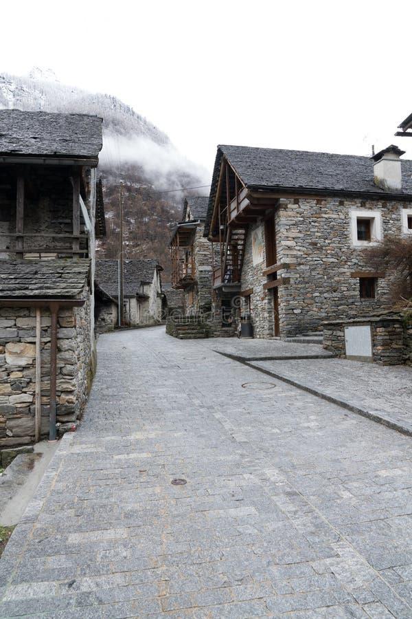 Vista de una ciudad tradicional rústica de la montaña en las montañas de Suiza meridional fotografía de archivo libre de regalías