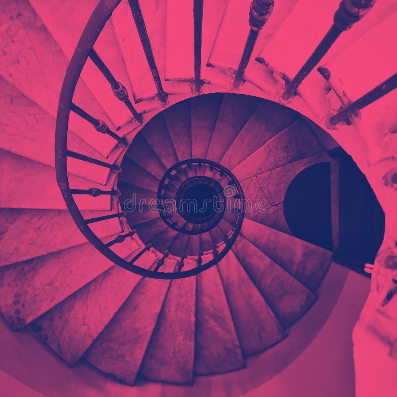 Vista de una escalera espiral antigua ilustración del vector