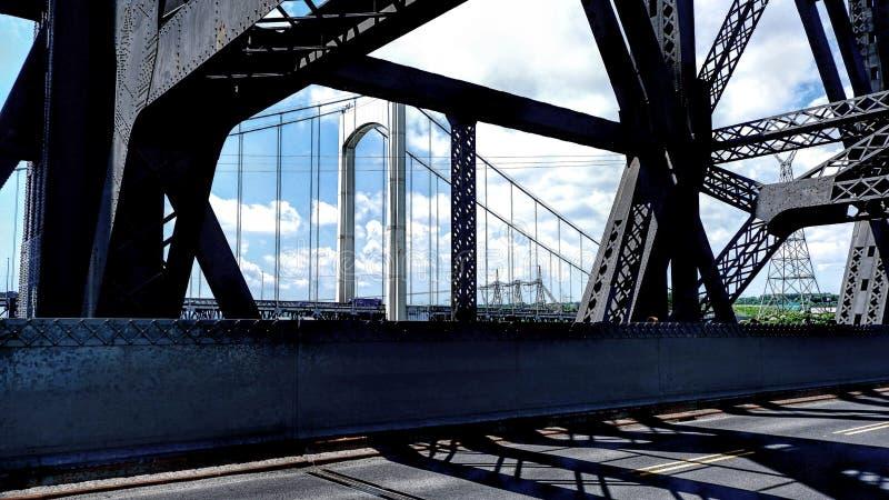 Vista de una estructura del puente del interior de otro puente stock de ilustración