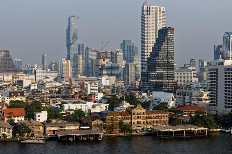 Vista de una parte de la ciudad de Bangkok, en la tarde del final imagenes de archivo