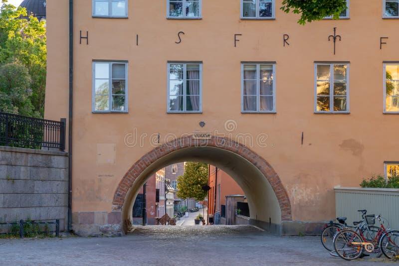 Vista de una pequeña calle o callejón en la ciudad vieja de la ciudad Uppsala, Suecia de la universidad imagenes de archivo