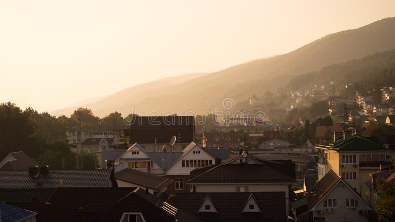 Vista de una pequeña ciudad durante puesta del sol imagen de archivo