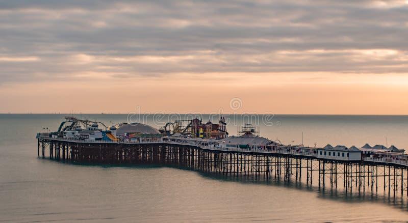 Vista de una puesta del sol en el embarcadero en Brighton, Inglaterra meridional foto de archivo