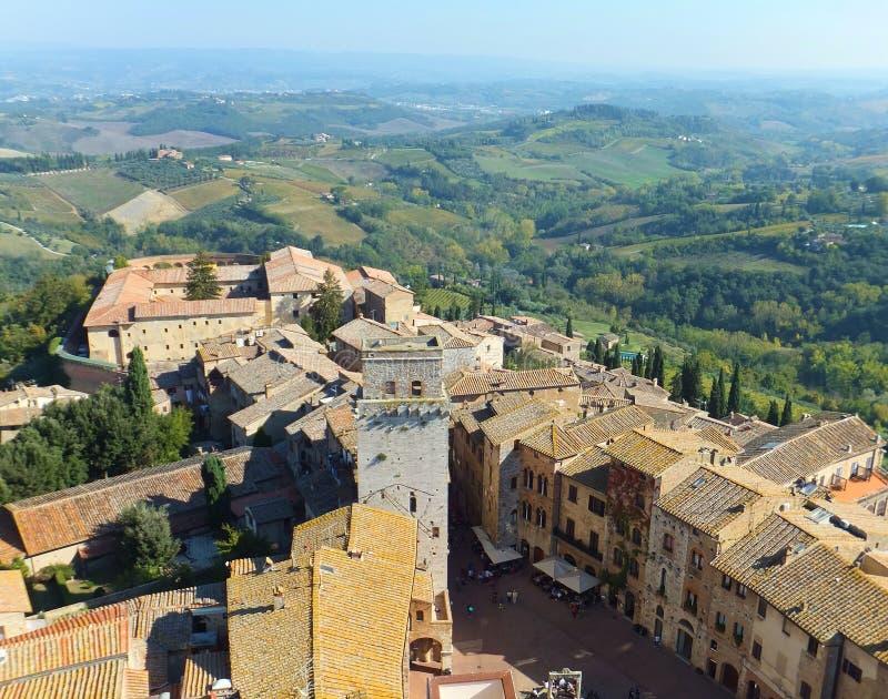 Vista de una sección de la ciudad histórica hermosa San Gimignano en Toscana, Italia tomada de su torre más alta, Torre Grossa fotografía de archivo