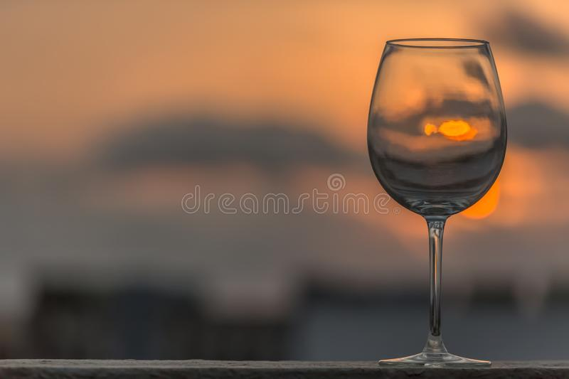 Vista de una situación vacía asombrosa de la copa de vino alta, puesta del sol como fondo fotos de archivo libres de regalías