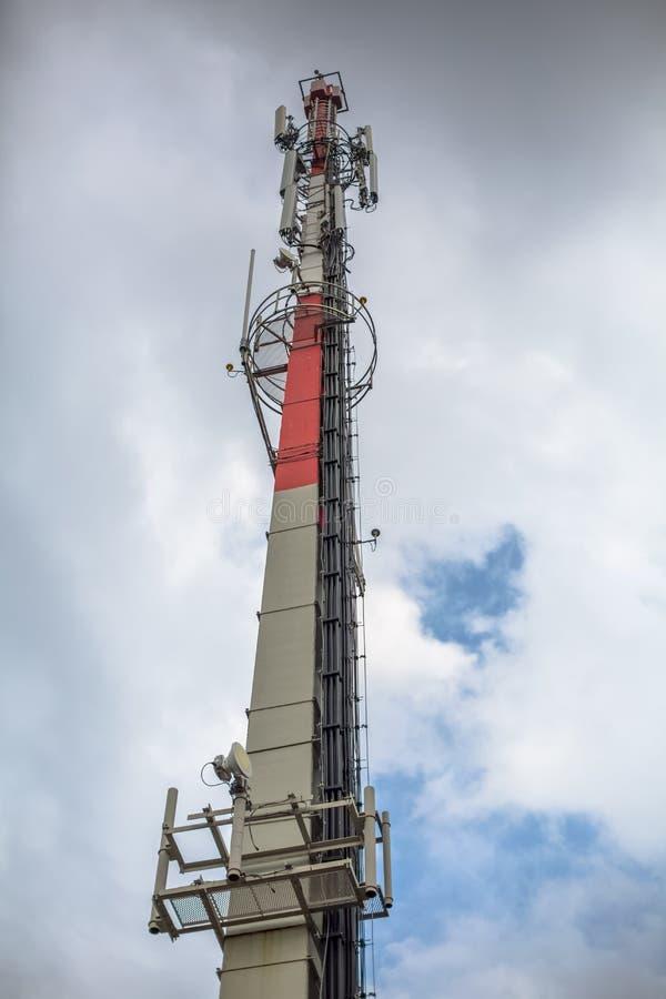 Vista de una torre con antenas de telecomunicaciones, estructura de cemento y equipos fotos de archivo libres de regalías