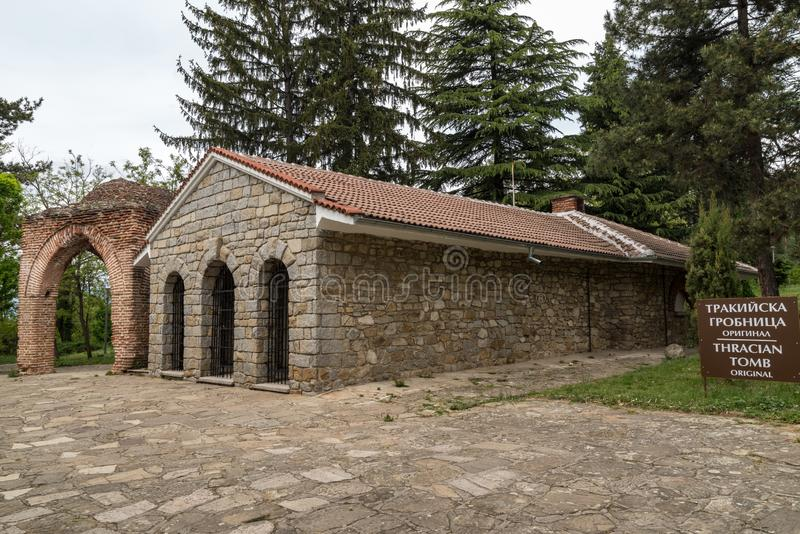 Vista de una tumba thracian antigua en Kazanlak, Bulgaria imagen de archivo